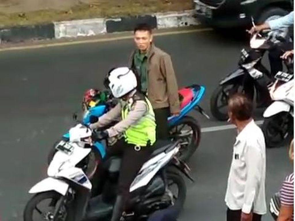 Seorang pria oknum TNI anggota Korem 031 Wiba Bima, Serda Nopriadi Wira Sinaga memukul anggota polisi lalu lintas (Polantas). Serda Wira kini telah dikarengkeng di Datasemen Polisi Militer 1/3 Kodam I Bukit Barisan. (Foto: Screenshot Instagram).