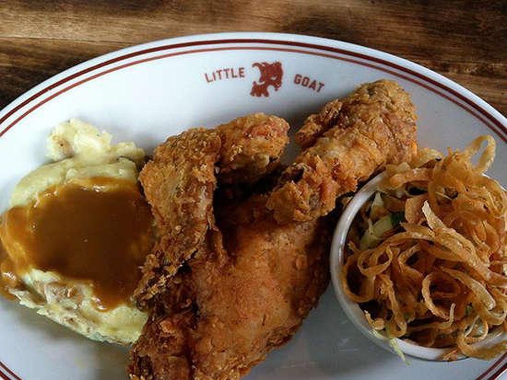 Di Little Goat Diner; Chicago, ayam goreng direndam dengan buttermilk dan saus pedas selama 12 jam sebelum dikukus dan digoreng. Dagingnya super empuk! Foto: Istimewa