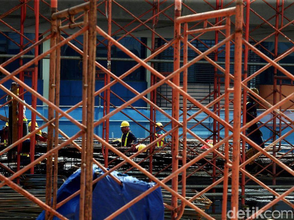 Para pekerja mengebut pembangunan MRT.