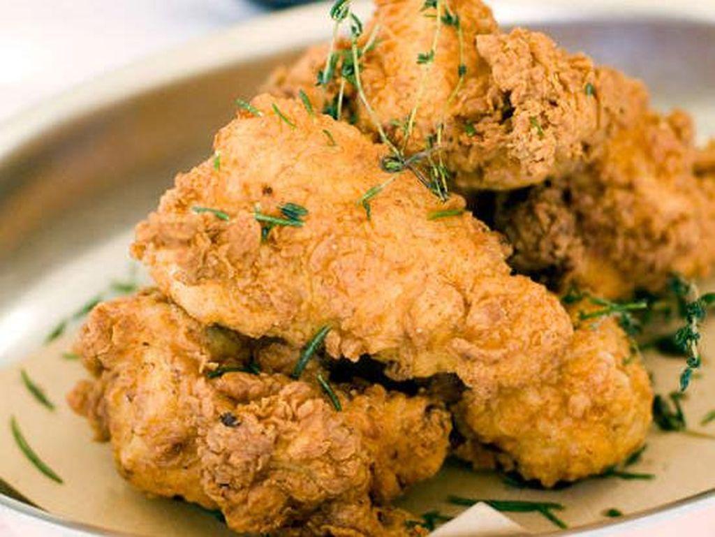 Ad hoc, Napa Valley, CA, punya fried chicken yang juicy dan segar. Ayam terlebih dahulu dibasahi dengan air garam lemony sebelum digoreng. Kulitnya kering dalamnya juicy. Nyam! Foto: Istimewa