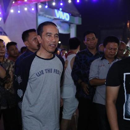 Jokowi Datang ke We The Fest 2017 Pakai Kaus Rp 249 Ribu