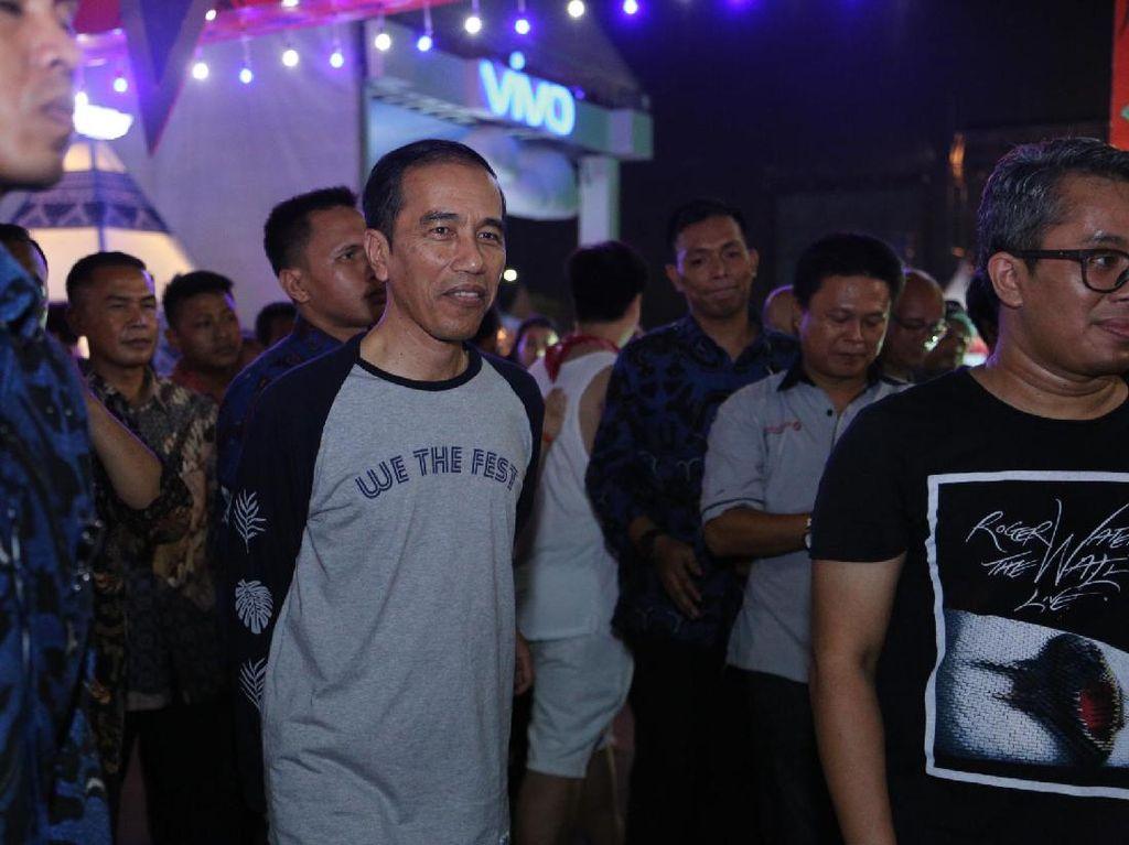Foto: Gaya Kekinian Jokowi Pakai Kaus We The Fest Rp 249 Ribu
