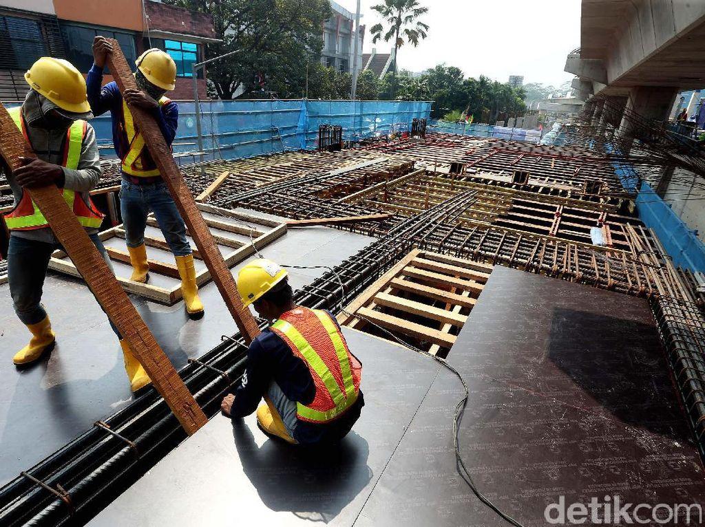 Pekerja memasang rangka besi untuk jalur MRT.