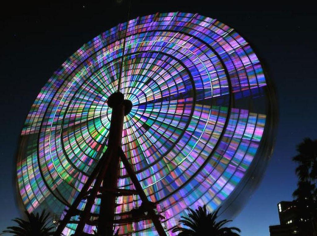 Foto bianglala yang memancarkan cahaya warna-warni. Cantik ya. (Foto:Ayako Huzikawa/boredpanda)