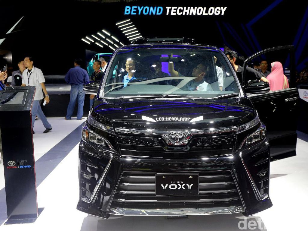 Jika Anda merasa Toyota Alphard terlalu mahal, Toyota Voxy ini bisa menjadi pertimbangan. Di Indonesia, Toyota Voxy akan menggantikan peran Nav1 yang tak lagi dijual oleh Toyota.