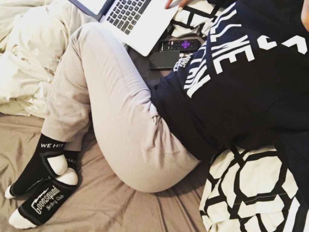 Macbook pun selalu jadi andalannya di berbagai kesempatan. Foto: Instagram Mia Khalifa