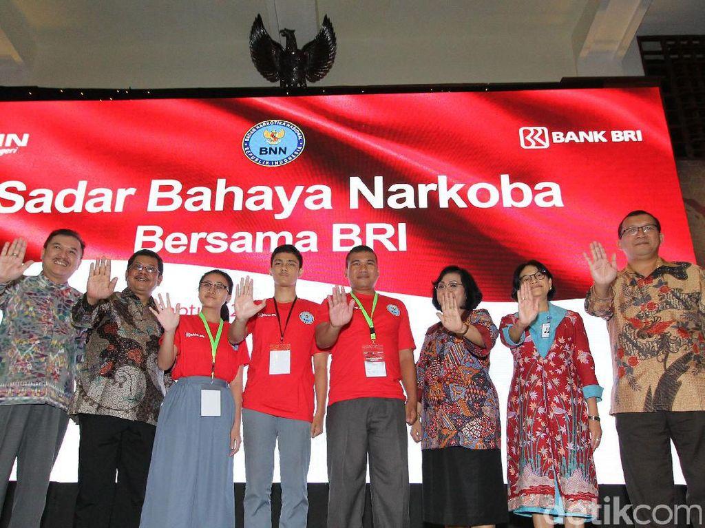 Bank BRI bekerja sama dengan BNN secara serentak memberikan workshop Sadar Bahaya Narkoba Bersama BRI, bagi 2000 orang ketua OSIS dan guru SMA dan sederajad di 19 wilayah kerja BRI di Indonesia.