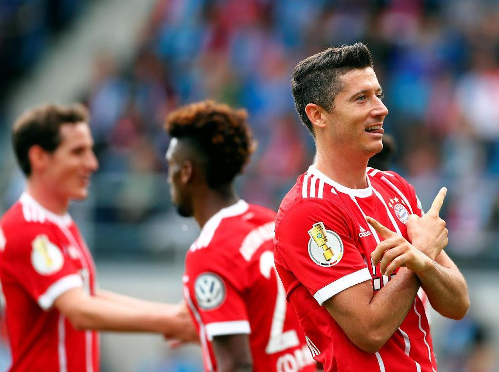 Robert Lewandowski masuk dalam tiga besar kandidat topskorer Liga Champions 2017/2018. Musim lalu Lewandowski bikin delapan gol (Hannibal Hanschke/Reuters)