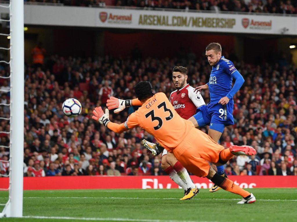 Leicester malah berbalik unggul di menit ke-29. Jami Vardy mencetak gol usai memanfaatkan kesalahan pertahanan Arsenal. (Foto: Istimewa)