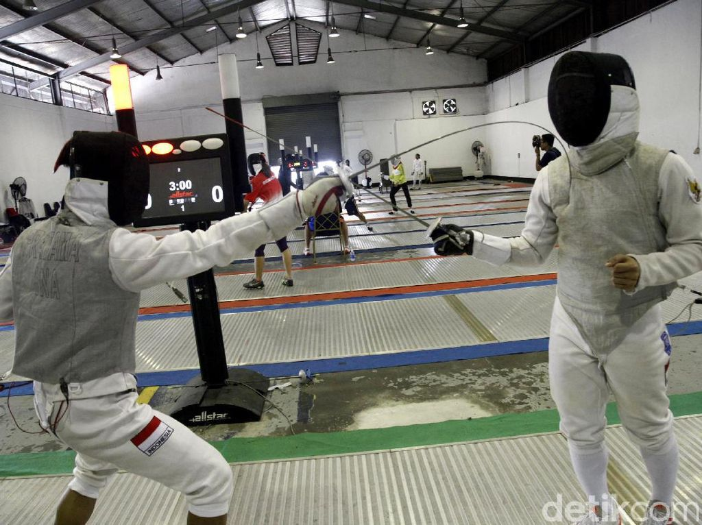 Para atlet anggar berlatih di kawasan Cilandak.