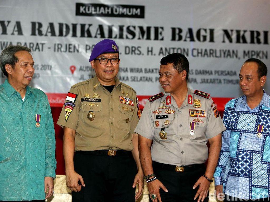 Rektor Unsada, Dadang Solihin bersama Kepala Kepolisian Republik Indonesia (Kapolda) Jawa Barat, Irjen Pol Anton Charliyan, sebelum mengisi kuliah umum.