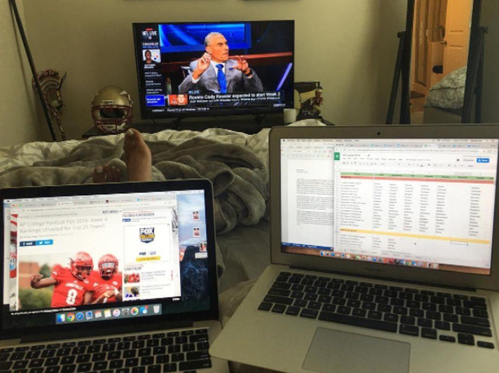 Bahkan, Mia Khalifah bisa menggunakan dua Macbook sekaligus untuk kerja sambil bersantai di kamarnya. Foto: Instagram Mia Khalifa