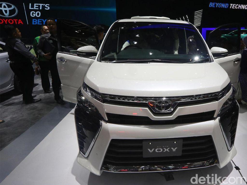 Toyota sengaja membawa kembali MPV medium ini setelah menghentikan penjualan Nav1. Executive General Manager PT Toyota Astra Motors (TAM) Fransiscus Soerjopranoto sebelumnya mengatakan, kendaraan yang masih nyaman untuk bisnis dan keluarga ini masih dibutuhkan konsumen Indonesia.