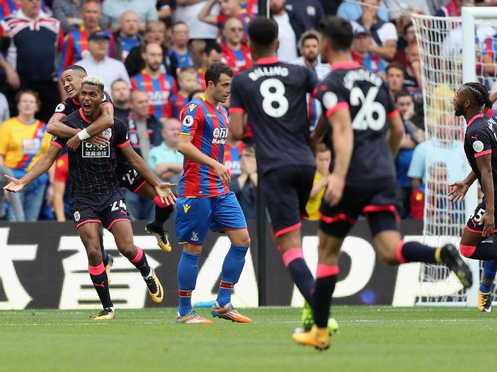 Dengan kemenangan ini, Huddersfield untuk sementara waktu berhasil memuncaki klasemen Liga Inggris. (Foto: Dan Mullan/Getty Images)
