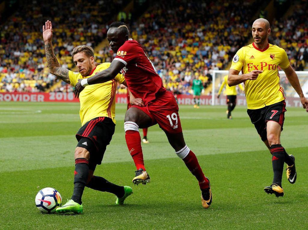 Sadio Mane berusaha melewati hadangan pemain lawan (Foto: REUTERS/Darren Staples)