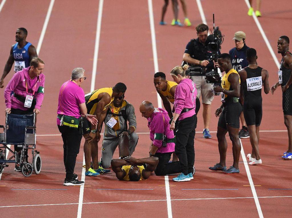 Dokter tim Jamaika, Kevin Jones, mengungkapkan bahwa Bolt tak finis pada nomor estafet 4x100m karena mengalami kram di hamstring kaki kirinya. (David Ramos/Getty Images)
