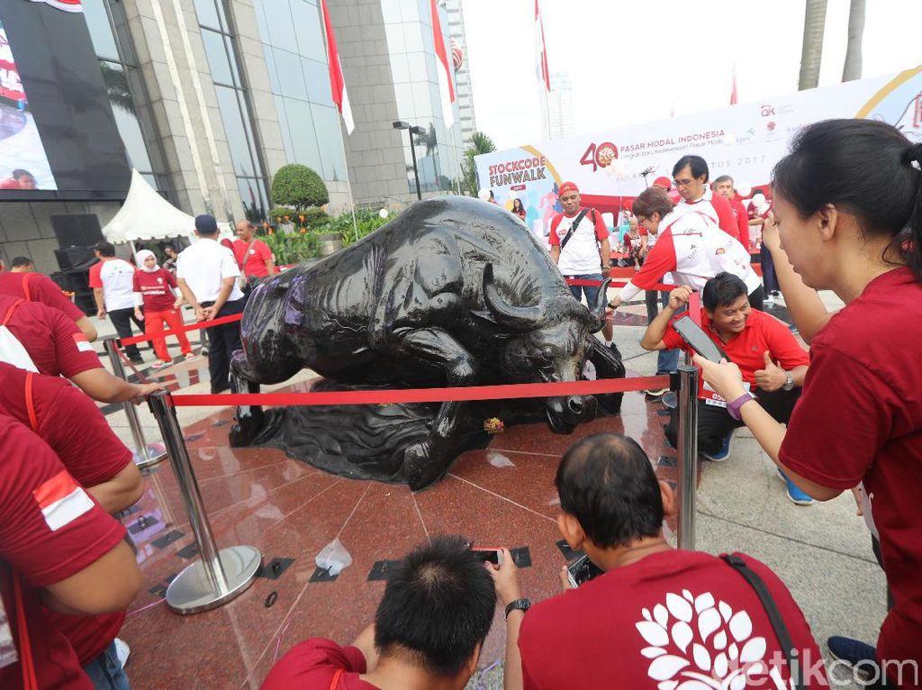 Patung yang menjadi ikon pasar modal itu berdiri tegak di teras Gedung Bursa Efek Indonesia (BEI) yang menghadap langsung ke Jalan Jenderal Sudirman.