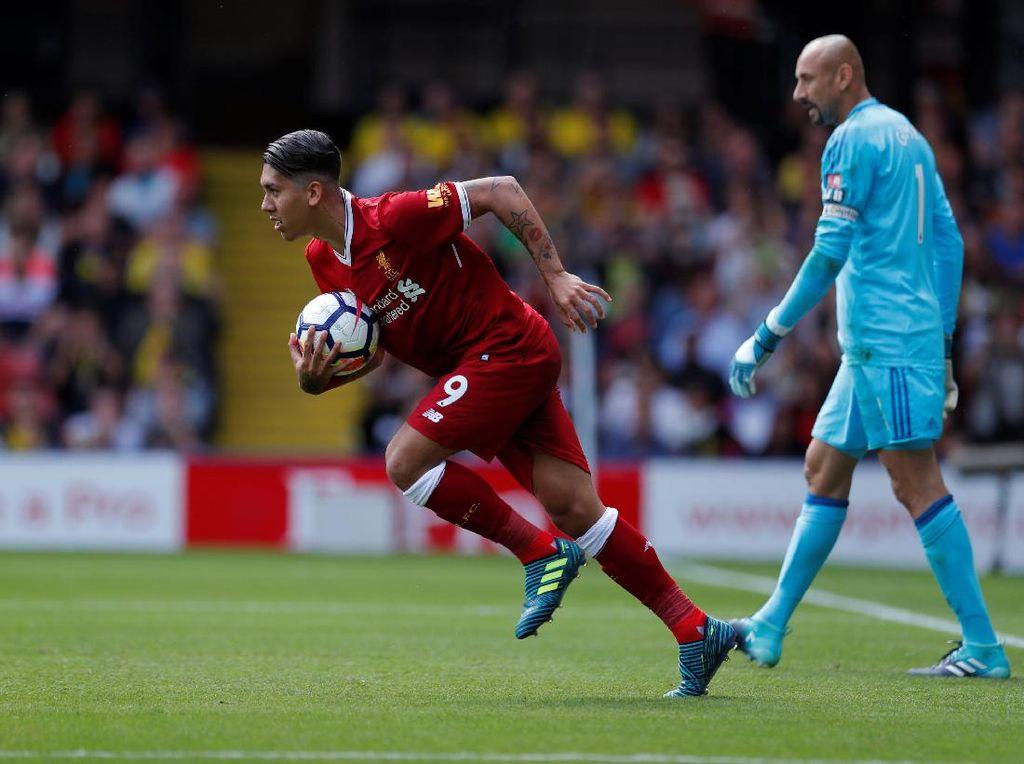Roberto Firmino sebagai eksekutor sukses menaklukkan Gomes dan membuat skor imbang 2-2 di menit ke-55 (Foto: Action Images via Reuters / Andrew Couldridge)