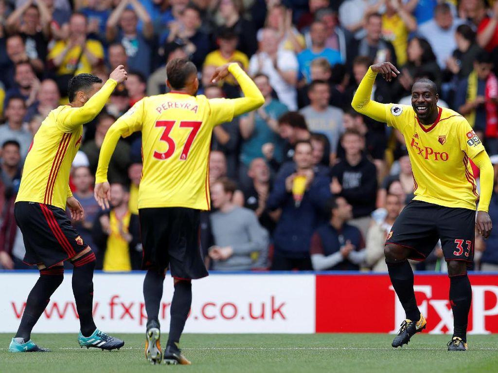 Stefano Okaka dan para pemain Watford merayakan gol pertamanya (Foto: Action Images via Reuters / Andrew Couldridge)