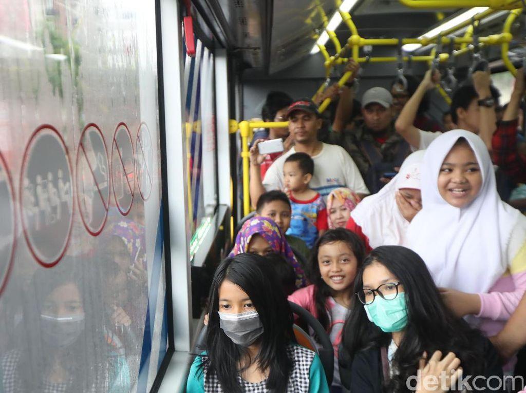 Warga mencoba bus TransJakarta pada uji coba koridor 13 Tendean-Ciledug, Jakarta, Minggu (13/8). PT Transjakarta masih menggratiskan tarif pada hari pertama uji coba tersebut.