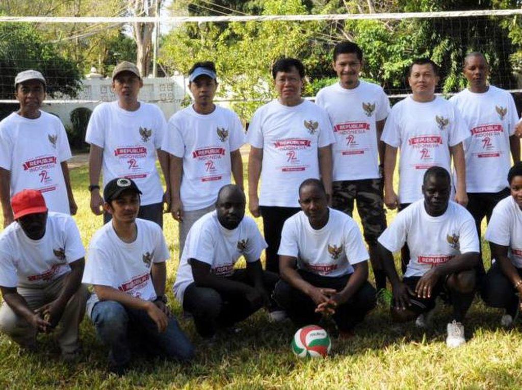 WNI dan warga Tanzania foto bersama sebelum lomba voli. (KBRI Dar es Salaam).