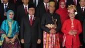 Foto: Jokowi Pakai Baju Adat Bugis, Iriana Cantik Jadi Wanita Bali