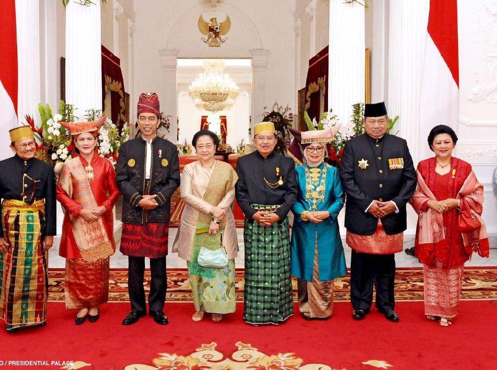 Presiden Jokowi dan Wapres JK sempat berfoto bersama SBY, Megawati dan BJ Habibie. Foto: Biro Pers Setpres/Agus Suparto