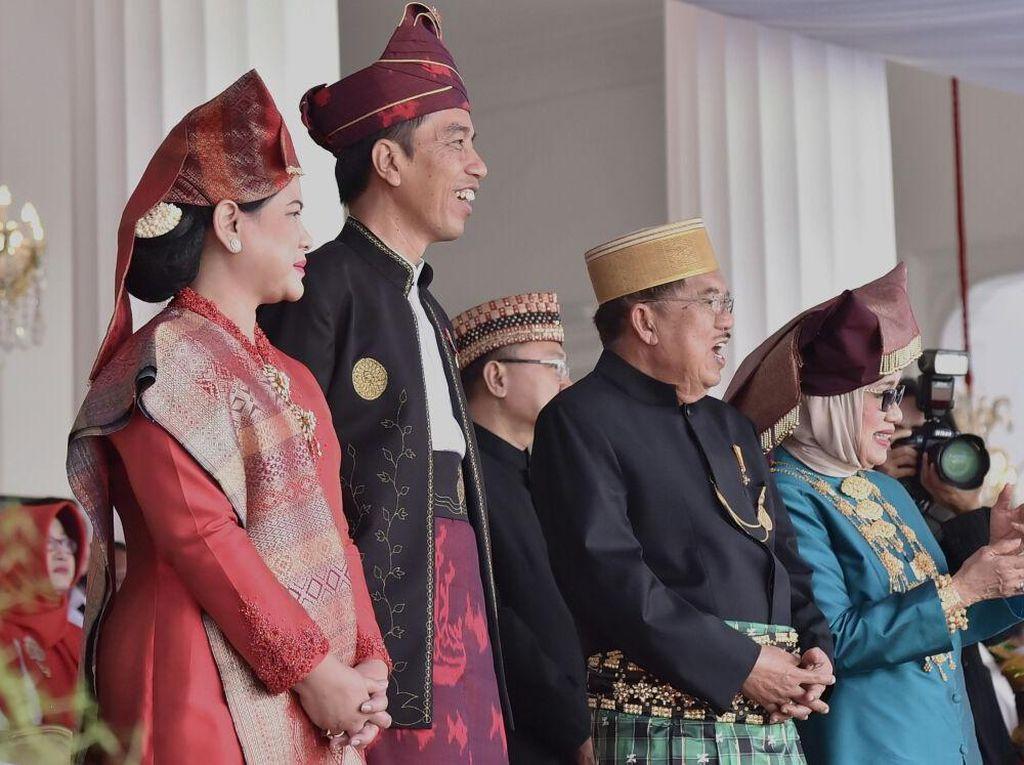 Ini momen Jokowi-Iriana dan JK-Mufidah menyaksikan pemenang busana adat terbaik menuntun sepeda. Foto: Biro Pers Setpres