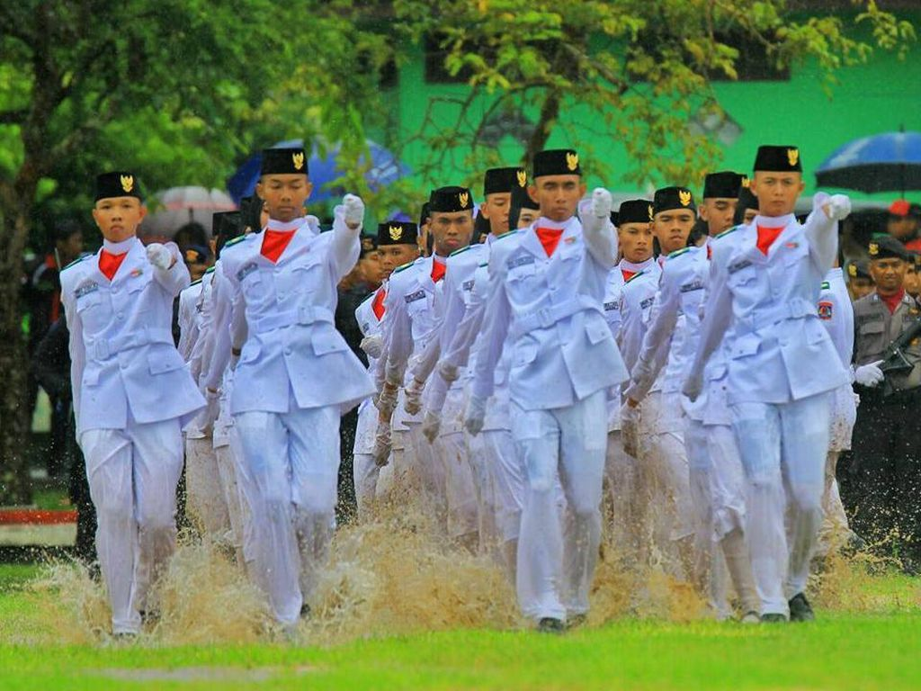 Merdeka! Semangat Paskibra Balikpapan Kibarkan Bendera Meski Becek