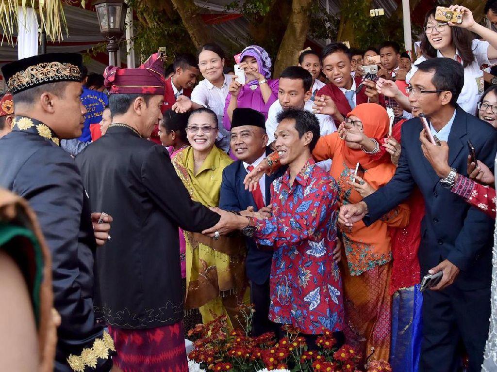 Presiden Jokowi menemui undangan. Foto: Biro Pers Setpres