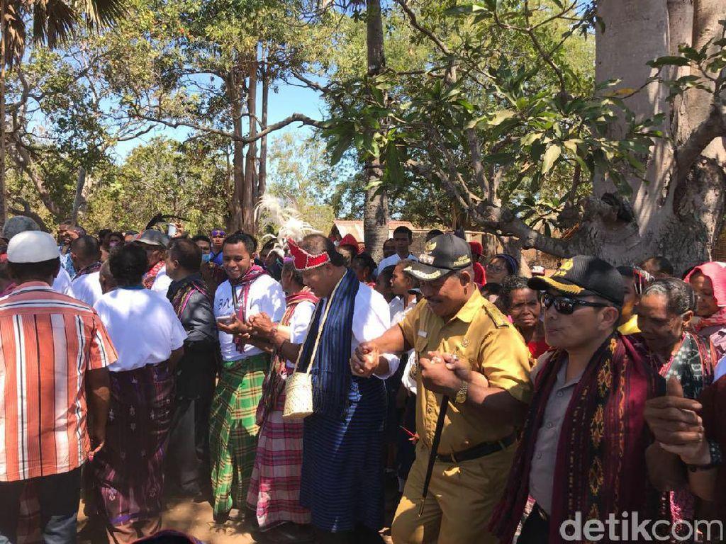 Menkominfo menari leko-leko bersama warga setempat. Foto: Adi Fida Rachman/detikINET
