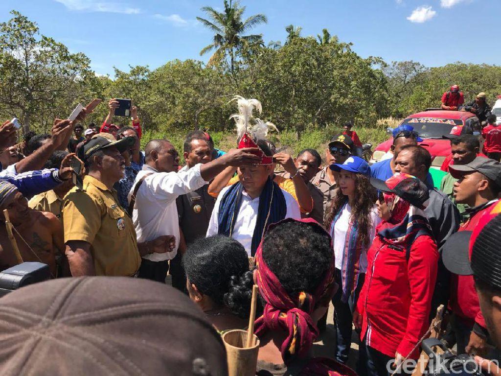 Saat tiba di Desa Tode, Menkominfo dipakaikan baju adat setempat. Foto: Adi Fida Rachman/detikINET