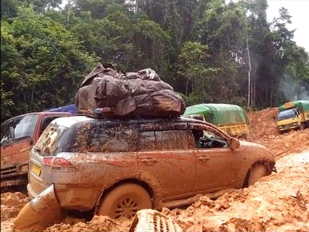Mereka kerap menemui jalanan rusak berlumpur.(Foto: BAKTI/Kominfo)