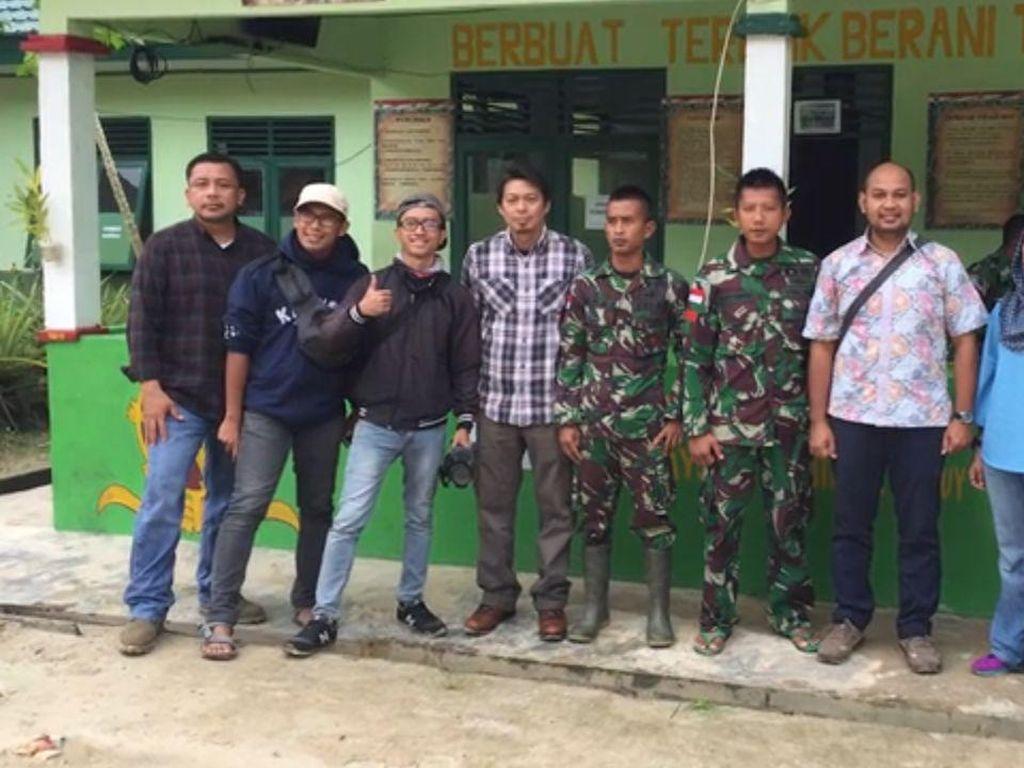Tim BAKTI bersama personil TNI di daerah terpencil.(Foto: BAKTI/Kominfo)