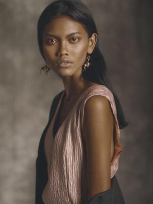 Foto: Eksotisme Laras Sekar, Model Indonesia yang Eksis di Paris Fashion Week