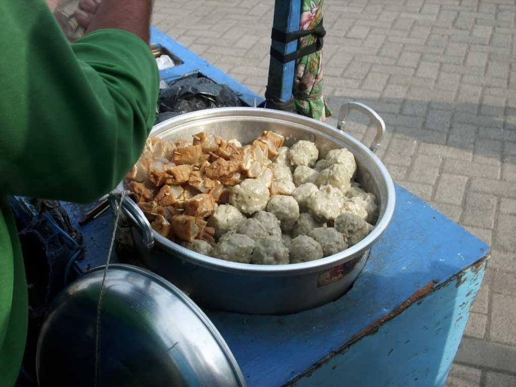 Bakso yang ini bukanlah bakso daging. Baksonya terbuat dari campuran ikan yang empuk kenyal, enak dinikmati dengan saus kacang atau saus sambal. (Foto: Istimewa)