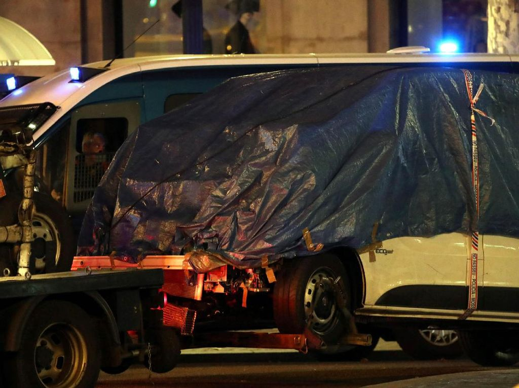 Ini Van yang Seruduk Kerumunan Orang di Barcelona