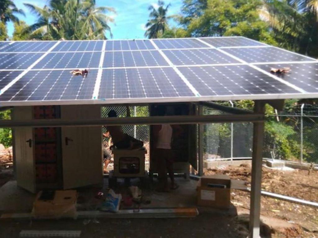 Karena kurangnya pasokan listrik, di pasang solar cell.(Foto: BAKTI/Kominfo)