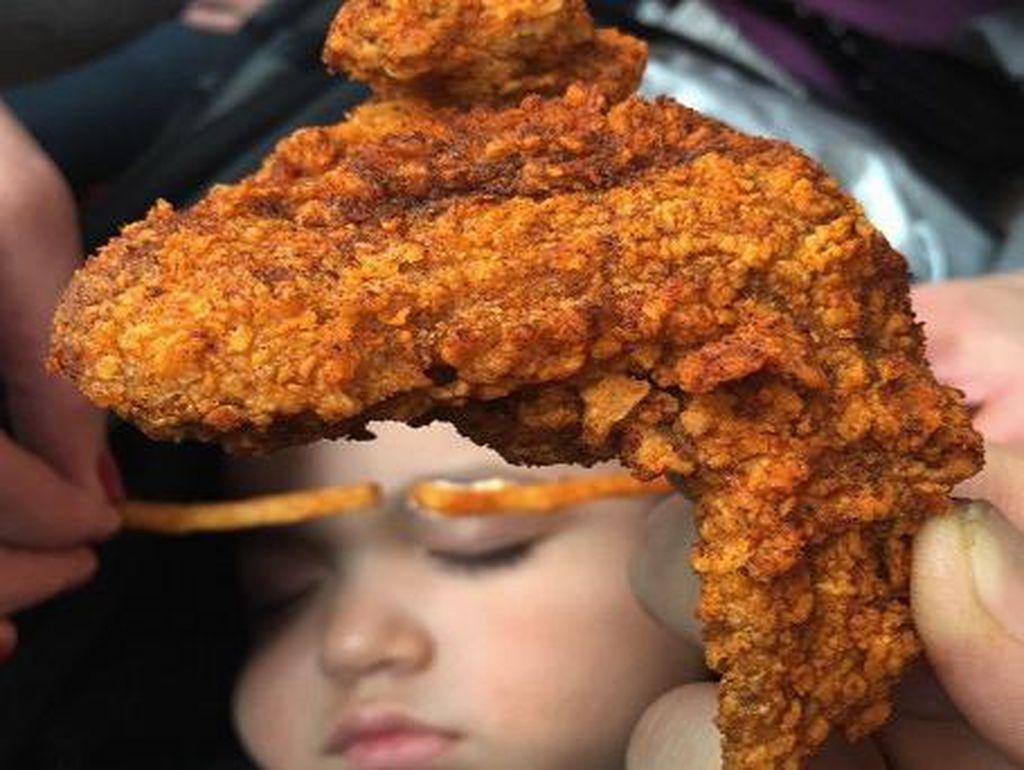 Ada alis dari kentang goreng dengan tambahan sayap ayam goreng yang crispy. Tapi justru terlihat seperti menggunakan wig atau helm yah?Foto: Instagram: FoodBabyNy