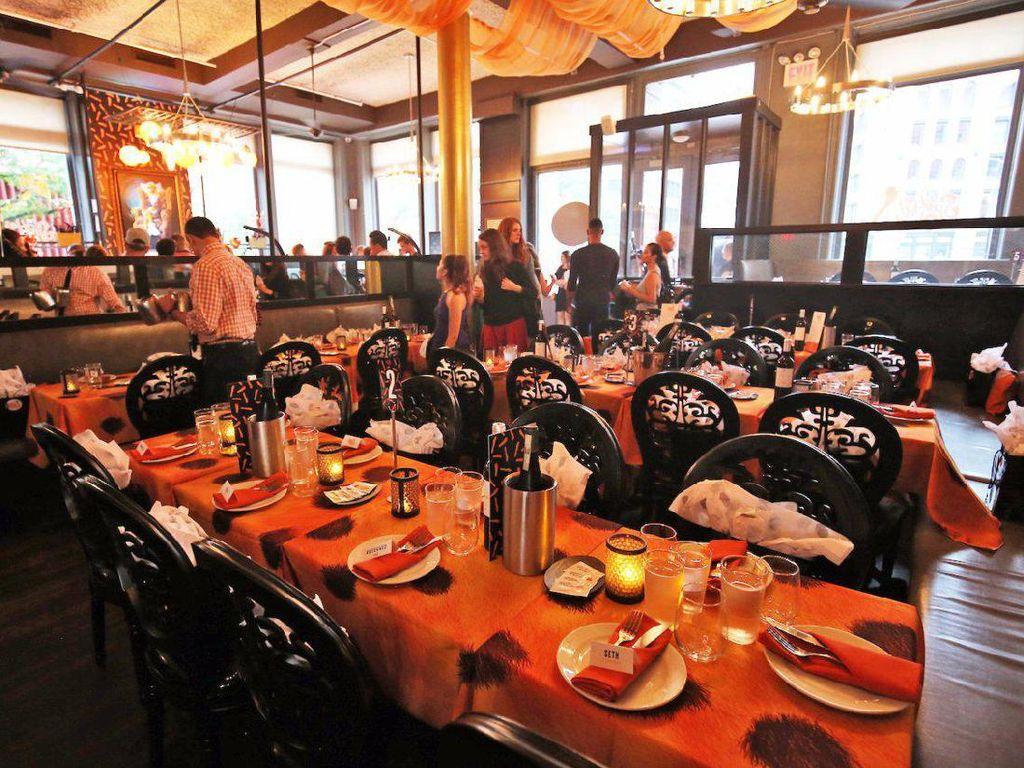 Warna oranye juga terlihat mendominasi alas meja dan bahkan serbet untuk bersantap.  Foto: Istimewa