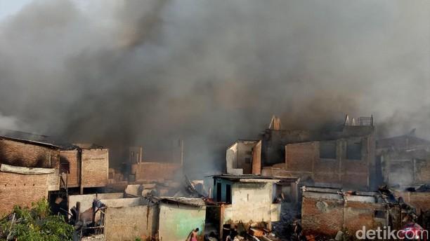 Asap Membubung Tinggi, Begini Penampakan Kebakaran di Kebon Pala
