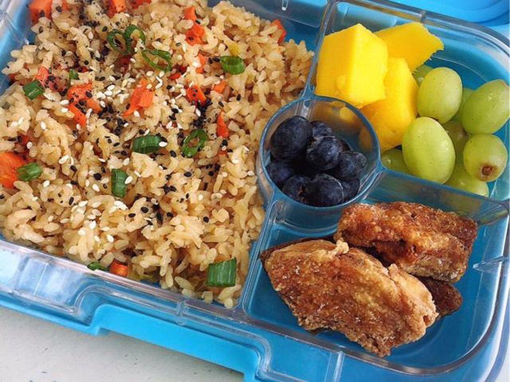 Nasi goreng bisa dipadukan dengan sayuran dan daging cincang. Lauknya bisa ayam goreng dan lengkapi dengan buah segar.Foto: Istimewa