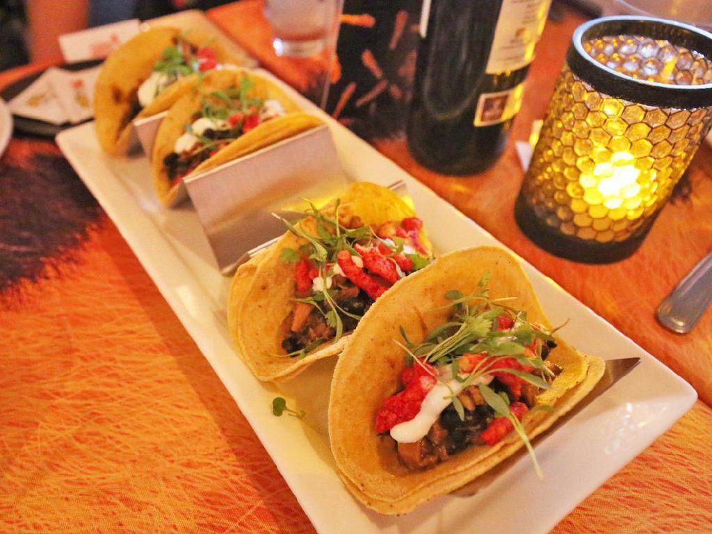Chicken tacos juga sayang dilewatkan. Di dalamnya diselipkan cheetos flamin hot limon.Foto: Istimewa