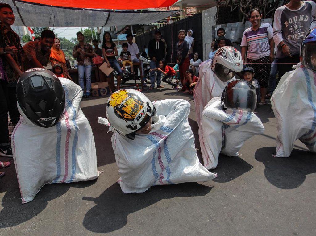Pakai Helm Bak Pembalap, Anak-anak Ini Adu Cepat Balap Karung