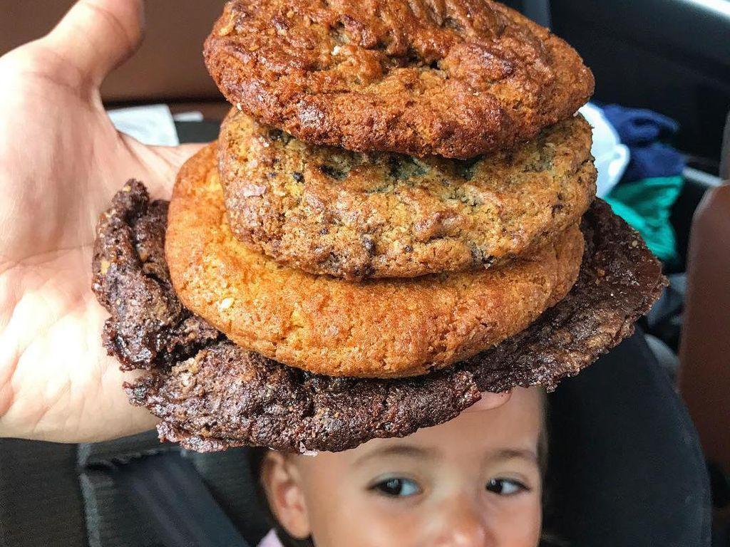 Balita lucu ini terlihat sangat ekspresif. Tumpukan cookies di atasnya terlihat layaknya sebuah topi bertingkat.Foto: Instagram: FoodBabyNy