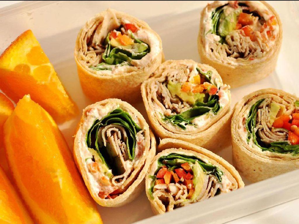 Mau gaya Meksiko? Bisa bawa burrtos yang diisi sayuran, daging olahan dan keju. Buah jeruk atau pepaya bisa jadi pelengkapnya. Praktis dibawa dan dimakan.Foto: Istimewa