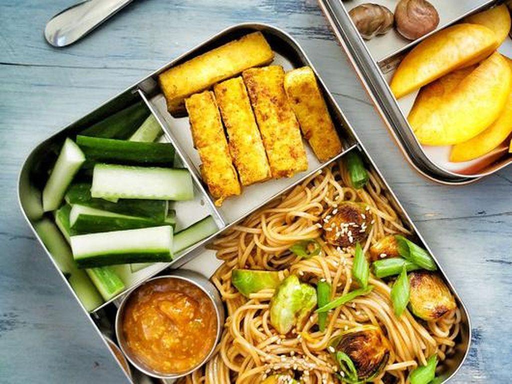 Bakmi goreng selalu enak dimakan kapan saja. Dipadukan dengan sayuran dan ayam. Lengkapi dengan potongan sayuran dan fish finger yang gurih.Foto: Istimewa