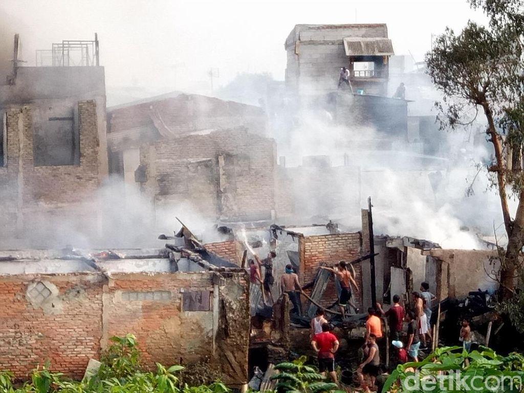 Warga ada juga yang membantu petugas untuk memadamkan api / Foto: Muhammad Fida Ul Haq/detikcom
