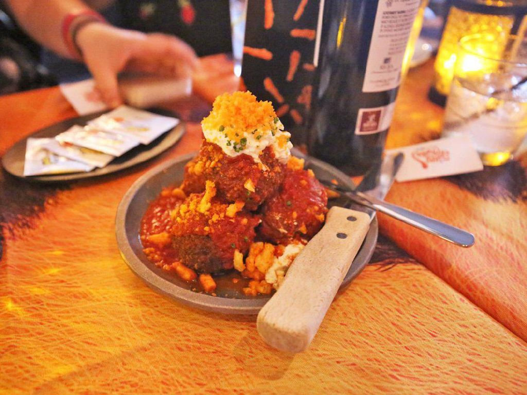 Cheetos meatballs ini diberi topping keju ricotta dan cheetos. Dagungnya sendiri memakai daging sapi, babi dan daging sapi muda (veal).Foto: Istimewa