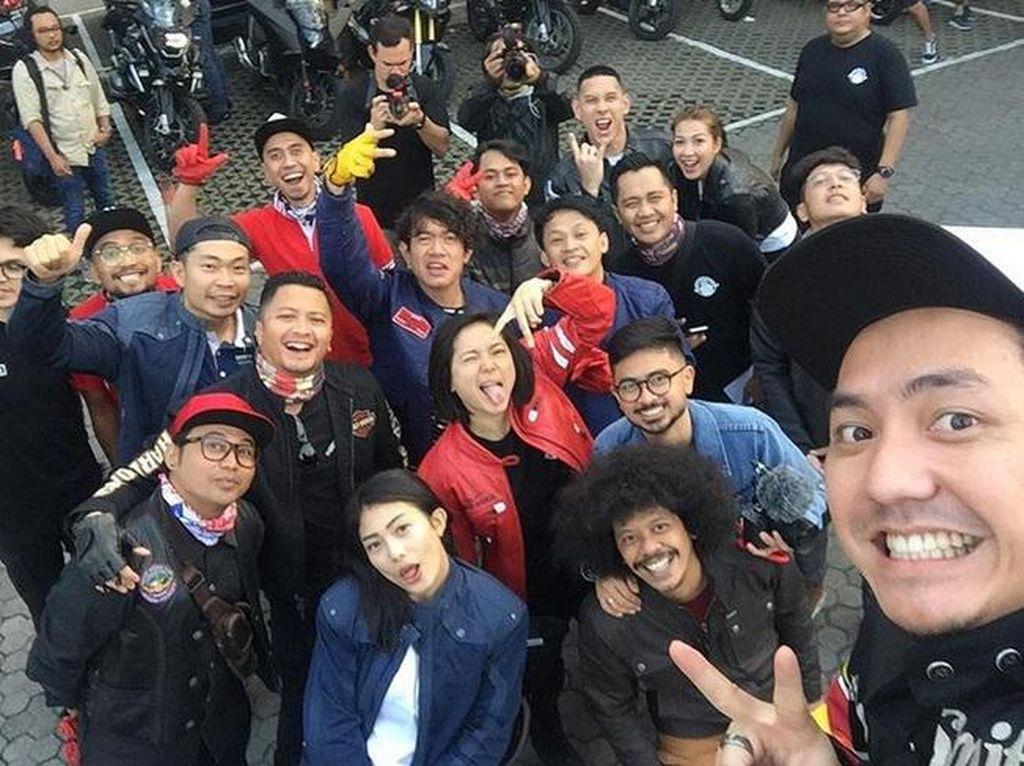 Wefie para artis yang mengikuti touring simPati Motorbaik. Foto: Dok. Instagram/omeshomesh